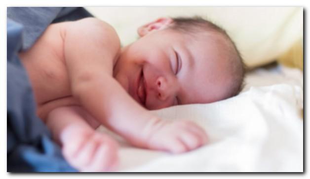 когда мой ребенок впервые улыбнется?